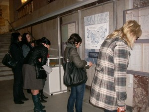 Посетители разглеждат изложбата