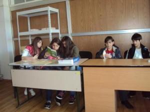 Учениците се запознават с информационни материали и брошури