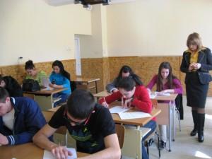 Ученици попълват анкетната карта