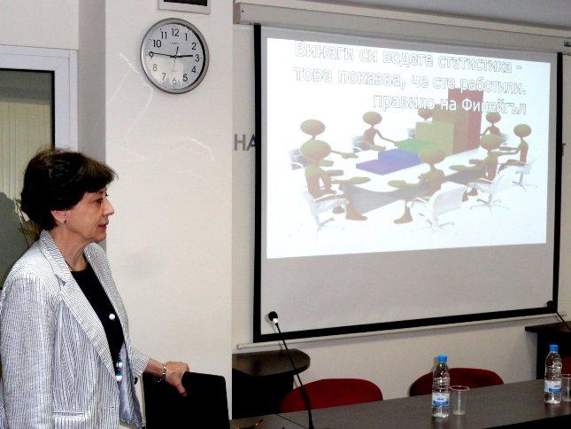 Председателят на НСИ д-р Ренета Инджова връчва наградата