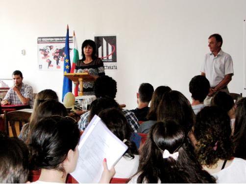 Зам.-кмета по култура, просвета и образование на община Шумен г-жа Тонева открива състезанието