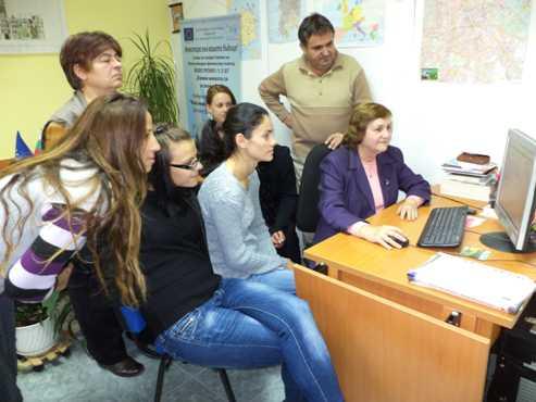 Вера Жечева - старши експерт в ТСБ - Шумен,  представя сайта на НСИ