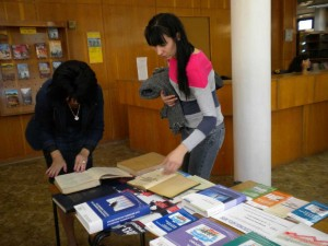 Посетителите на изложбата разглеждат с интерес Статистическия годишник на   Царство България от 1937 г.